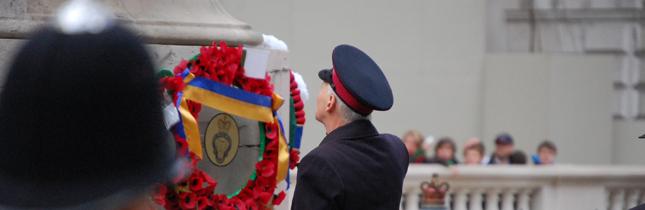 Un veterano coloca una corona de amapolas en el monumento a los caídos en Whitehall. Foto: Daniel del Pino