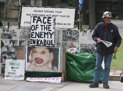 El pacifista Brian Haw cumple hoy 3.000 días de acampada frente al Parlamento de Londres