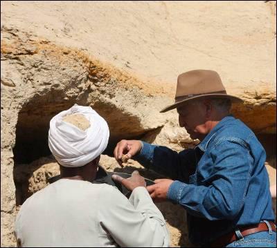 Arqueólogos egipcios hallan en Saqara dos tumbas de hace 2.500 años